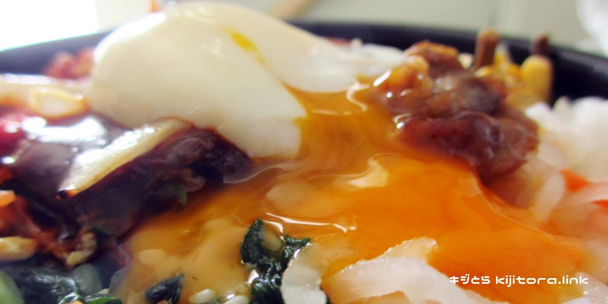 ほっともっと、焼肉ビビンバ2016(卵を割る)