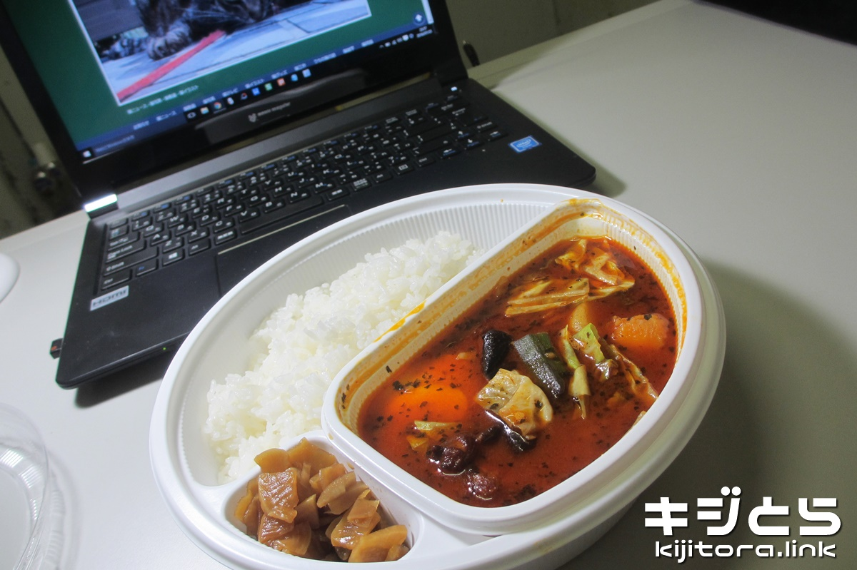 スープで食べるローストチキンと野菜のカレー イメージ