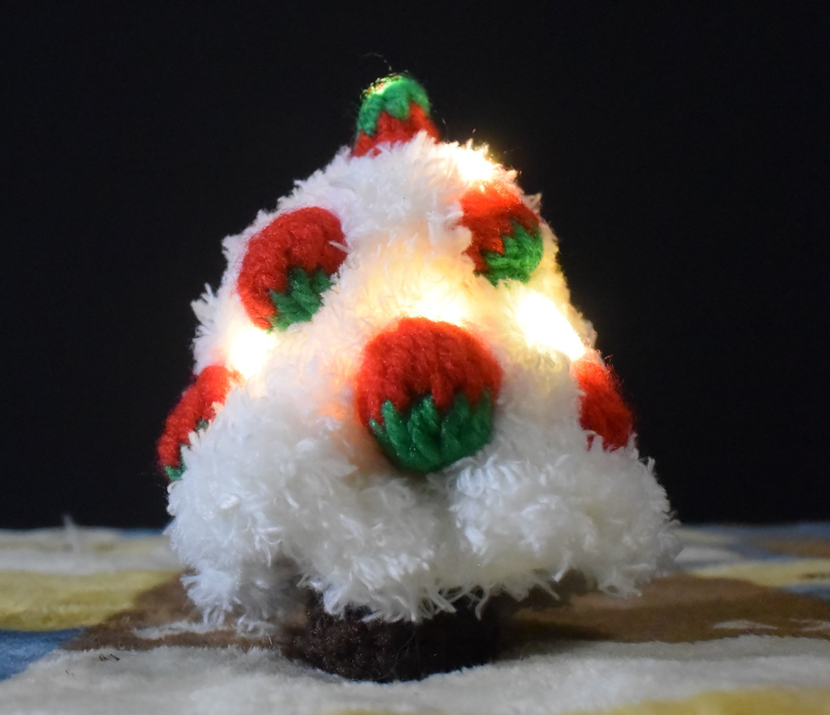 手編みのイチゴのクリスマスツリー