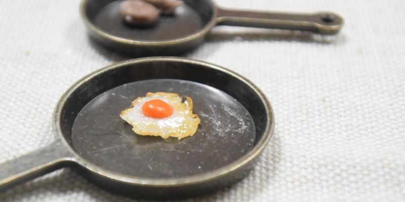 セリアのミニチュアフライパンの上に目玉焼き