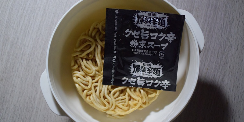 日清 爆烈辛麺(調理前)